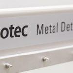 Kompakt metaldetektor med indbygget transportbånd – et godt match til fødevareindustrien